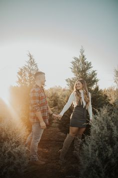 love the lighting and golden feel Christmas Engagement Photos, Engagement Pictures, Engagement Session, Photo Christmas Tree, White Christmas, Couple Christmas Pictures, Christmas Minis, Couple Pictures, Farm Pictures