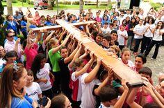 Jovens de Curitiba acolhem os símbolos da Jornada Mundial da Juventude