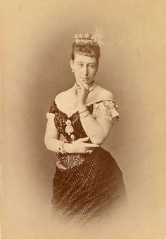 This is the only image I can find of this star tiara worn by Princess Alice of Hesse. It features five diamond stars raised high above a diamond band. Victoria And Albert Children, Queen Victoria's Daughters, Victoria's Children, Queen Victoria Family, Prince Frederick, Historical Women, Historical Photos, Tudor History, Royal Families