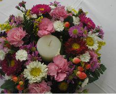 Centro de mesa multifloral con floreciilas campestres: matsumotos, hipericum, statice, miniclaveles, aster, solidaster  y ruscus.