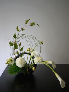Ikebana with calla, dahlia, ornithogalum Ikebana Arrangements, Arrangement Floral Ikebana, Contemporary Flower Arrangements, Floral Centerpieces, Deco Floral, Arte Floral, Art Floral Japonais, Arreglos Ikebana, Ikebana Sogetsu