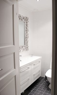 Bathroom idea for a small space. Small Toilet, White Decor, My Dream Home, Laundry Room, Small Spaces, Sweet Home, Shower, Luxury, House