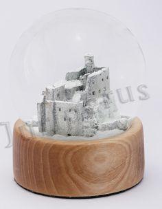 Szklana śnieżna kula, ruiny zamku w Mirowie. Snow globes