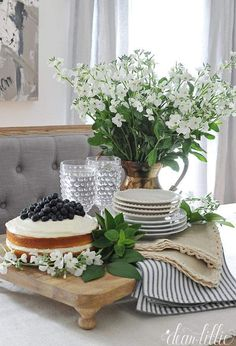 Hottest Cost-Free Farmhouse Chic party Thoughts Farmhouse chic is all the rage in home decor nowadays, thanks largely to Chip and Joanna Gaines from Country Farmhouse Decor, Farmhouse Chic, Ideas De Catering, Home Staging, Wedding Centerpieces, Kitchen Decor, Kitchen Modern, Sweet Home, Table Settings