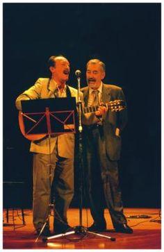 Con Suso Vaamonde  Cantando con Suso Vaamonde durante a homenaxe do Rosalía de Castro da Coruña.  Arquivo familiar (1995)