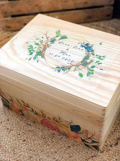Die erste Hochzeitskiste wurde letzte Woche in die Schweiz geschickt. Ein tolles Geschenk für das Brautpaar, die alle Erinnerungen darin aufbewahren können.   Handgemacht Erinnerungskisten aus Kiefer zur Aufbewahrung all der schönen Erinnerungstücke - Mutterpass, Ultraschallbilder, 1. Body etc. ⠀ ⠀ Gerne fertige ich dir auch eine Kiste mit deinem persönlichem Wunschdesign an. ⠀ Die individuelle Erinnerungskiste ist auch ein wunderbares Geschenk zur Geburt, Taufe, Geburtstag oder Weihnachten… Kiefer, Decorative Boxes, Container, Creative Gifts, Great Gifts, Christmas, Newlyweds, Switzerland, Memories