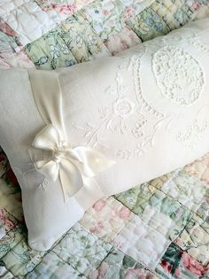 old and shabby Shabby Chic Quilts, Shabby Chic Cottage, Shabby Chic Decor, Cottage Style, Handmade Pillows, Decorative Pillows, Linens And Lace, White Linens, Vintage Pillows