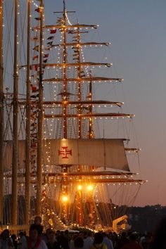 Old ships grace the #Lisbon harbor again that saw voyages of discoveries starting to the New World with the same sails & the cross of the Order of Christ flying!