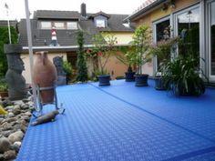 Terrassen mit Bergo ROYAL Terrassenfliesen und Expansionsleisten in hellblau