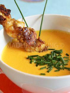 Soupe froide de carottes, poivrons et maïs avec des brochettes de poulet-crevettes sauce satay - MADE IN COOKING