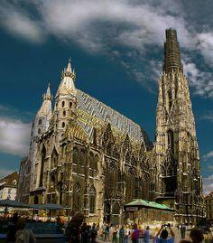 Catedral de Viena (San Esteban), Austria. Construida sobre las ruinas de otras iglesias, debe su forma en gran medida a los trabajos iniciados por el Duque Rodolfo IV a mediados del siglo XIV.