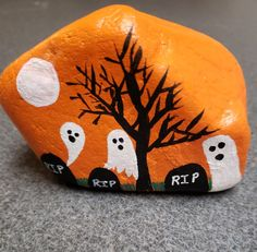 Halloween is favorite Holidays. There is something about the fun costumes, the spooky stories, and the sounds of leaves under the kid's feet. Painting rocks is a fun new way to create this holiday. There are Scary Halloween Painted Rock Ideas. Autumn Painting, Pebble Painting, Pebble Art, Stone Painting, Diy Painting, Rock Painting Patterns, Rock Painting Ideas Easy, Rock Painting Designs, Halloween Rocks