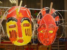 """Guinie Voici la suite de notre déguisement avec les masques. Disposant de peu de temps, j'ai choisi 3 modèles à """"colorier"""" à l'encre. J'ai été très étonnée de voir l'application avec laquelle ils peignaient, en essayant de respecter les différentes zones...."""