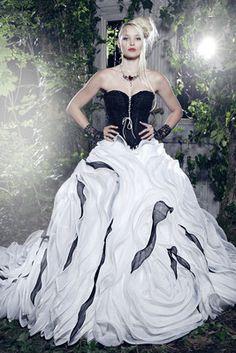 Lucina - Mondäne Brautmode in Schwarz-Weiß