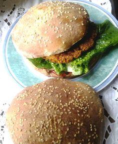 Burger aus Tofu nach AH und selbst gebackene Burgerbrötchen nach eigenem Rezept - delikat