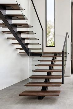 Minimalistic and clean staircase with modern windows Stairs Design Modern Clean HLYTRNTY holytrinitylight Minimalistic Modern staircase windows Home Stairs Design, Stair Railing Design, Staircase Design Modern, Stair Idea, Diy Stair, Railing Ideas, House Staircase, Staircase Railings, White Staircase
