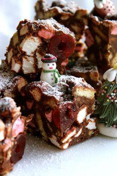 christmas rocky road squares - an edible X-mas present? Xmas Food, Christmas Sweets, Christmas Cooking, Christmas Goodies, Christmas Candy, Christmas Pudding, Christmas Time, Xmas Desserts, Christmas Cupcakes