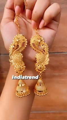 Ear Cuff Jewelry, Indian Jewelry Earrings, Real Gold Jewelry, Indian Jewelry Sets, Fancy Jewellery, Bridal Jewelry, Gold Bangles Design, Gold Earrings Designs, Gold Jewellery Design