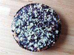 V létě, kdy je všude spousty čerstvých borůvek, je skvělé si udělat klasický kynutý koláč s borůvkami. Ten, který pekla každá babička a v dětství jsme se po něm mohli užr..., tedy uběhat. Připravte si podle našeho hrníčkového receptu a vraťte se zpět do dětských let, když koláč voněl po celém bytě.  http://www.hrnickova.cz/kynuty-hrnickovy-boruvkovy-kolac.html  #kolac #boruvky #zmolenka #kynutykolac