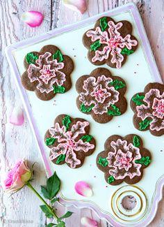 Brush embroidery -tekniikkaan tarvitaan pikeeriä ja sivellin. Näin taiteillaan pehmeäreunaisia kukkasia kakkujen tai pikkuleipien pinnalle. Tekniikka on nähty muistaakseni blogissa vain kerran aiemmin, ystävänpäivän suklaasydän -kakussa. Ensimmäisessä leivontakirjassani oli samaan tapaan koristeltu talviaiheinen kakku. Linkatkaa kommentteihin, jos omista leipomoistanne tai galleriasta löytyy lisää inspiroivia esimerkkejä! Kukkien muodosta ja väristä tulee mieleeni juhannusruusu tai…
