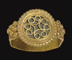 A BYZANTINE GOLD FINGER RING                                                                                                                                                                       CIRCA 5TH-6TH CENTURY A.D.