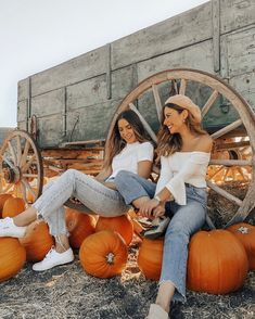 Best friends wearing matching outfits at Pumpkin patch Holiday Outfits Women, Fall Outfits For Teen Girls, Fall Outfits For School, Casual Fall Outfits, Mom Outfits, Fall Pictures, Bff Pictures, Fall Photos, Best Friend Pictures