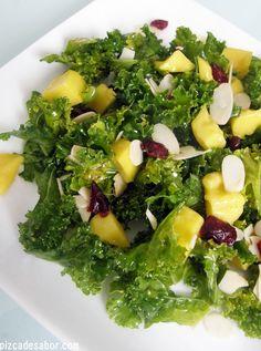Ensalada de kale con mango, almendras y arándanos - Pizca de Sabor
