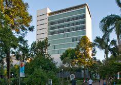 Construído pelo Santini & Rocha Arquitetos na Porto Alegre, Brasil na data 2008. Imagens do Marcelo Donadussi. O edifício localiza-se na região central do Campus, destinando-se ao uso da Biblioteca Central da PUCRS, e possui ...
