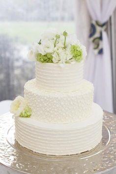 Amazing white wedding cake. |Re-pinned by www.borabound.com