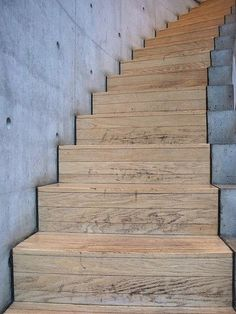 Wood and concrete stairs | Houten trap in bocht tussen betonnen wanden