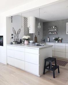 Valkoinen keittiö. Harmaa seinä