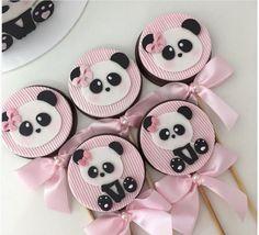 Festa Panda – Mais de 50 ideias Panda Themed Party, Panda Birthday Party, Cute Happy Birthday, Panda Cupcakes, Cupcake Cookies, Panda Candy, Baby Shower Cake Designs, Bolo Panda, Paletas Chocolate