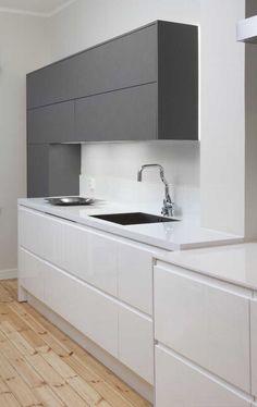 Moderni, musta-valkoinen keittiö. Katso kuva, niin näet tarkemmat tuotetiedot.