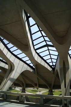 Lyon Saint Exupéry International Airport by Santiago Calatraca. Airport Architecture, Unique Architecture, Futuristic Architecture, Facade Architecture, Truss Structure, Building Structure, Airport Design, Santiago Calatrava, Modern Architecture