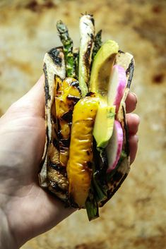 Green Goddess Farmers Market Tacos- Vegan - Heather Christo Veggie Tacos, Vegetarian Tacos, Veggie Recipes, Whole Food Recipes, Dinner Recipes, Delicious Vegan Recipes, Healthy Recipes, Happy Taco, Lime Pickles