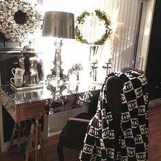 """Vi har noen """"San Francisco Officedesk"""" igjen på lager. Se hvor dekorativ den er. Bildet er lånt av @sisselsdhome   #christmasgifts #chanel#glam#glamdesk #sanfranciscoofficedesknails #inspire_me_home_decor #interior123 #interior125 #interior444 #interior4all #instahome #interiorwarrior #interiorstyling #interior9508 #boligdrøm #tipstilhjemmet #finahem #finehjem #hem_inspiration #vakrahem #roomforinspo #roominterior #roominteriorr #vakrehjemoginteriør #lovelyinterior #classicliving#kartell#"""
