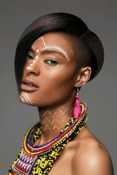 Foto African Tribal Makeup, African Beauty, Cara Tribal, African Face Paint, Tribal Face Paints, Tribal Paint, Moda Afro, Maquillage Halloween, Afro Punk