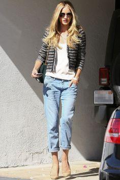 Unkompliziert und schick, so präsentiert sich Model und Schauspielerin Rosie Huntington-Whiteley in einer lässigen Jeans mit Bouclé-Blazer. Seht links, wie