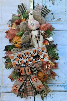 Sharing a primitive Halloween wreath created by Boerne Gift Co. You can buy it in her Etsy shop, just click the link for more details. Visit the Trendy Tree website for Halloween decorations and products to make wreaths and swags for all occasions. Autumn Wreaths, Christmas Wreaths, Wreath Fall, Christmas Crafts, Whimsical Christmas, Thanksgiving Wreaths, Diy Wreath, Burlap Wreath, Wreath Ideas