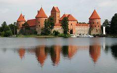Castelo de Trakai, Lituânia.Situado na cidade de Trakai, na Lituânia, o Castelo de Trakai é um brilhante exemplo da arquitetura gótica. Na verdade, existem dois castelos para ver em Trakai: um sobre uma ilha, e um nas margens do Lago Galve