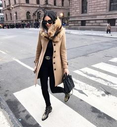 - camel coat & all black - Winter Looks, Fall Winter Outfits, Autumn Winter Fashion, Chicago Winter Fashion, Fashion Moda, Womens Fashion, Fashion Trends, Look Rock Chic, Susanna Boots