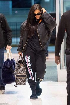Rihanna bundles up in puffy coat and graphic sweats as she leaves NYC - Accessories: She carried a Fendi bag with her own name on it and played a cool figure in a set of r - Rihanna Street Style, Rihanna Mode, Estilo Rihanna, Rihanna Fenty, Chill Outfits, Dope Outfits, Trendy Outfits, Fashion Outfits, Fashion Trends
