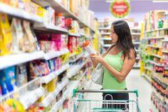 Los tenderos abastecen los estantes que tienen los productos que generan mayores ganancias en donde saben que es más probable que los veas.   19 juegos mentales del supermercado que te hacen comprar más comida chatarra