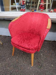 Ihana 50-luvun tuoli, tukeva, puuosissa käytön jälkiä, verhoilu ehjä, hiukan kulumaa.  100 euroa.