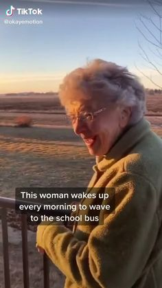 Every morning she waves at the school bus. On her birthday this happened. Cute Love Stories, Happy Stories, Feel Good Stories, Sweet Stories, Cute Gif, Funny Cute, Human Kindness, Touching Stories, Faith In Humanity Restored