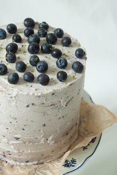 Blaubeer-Törtchen mit Cheesecake-Füllung und Blaubeer-Limetten-Buttercreme {Blueberry Layer Cake with Cheesecake-Filling and Blueberry Lime Buttercream}