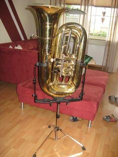 Big tuba - Big stand. // Große Tuba - großer Ständer.