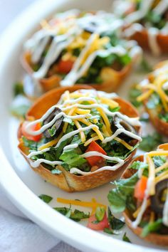Mini Taco Salad Cups - These cute salad bowls are so fun to make, and even more fun to gobble up! Perfect as an appetizer or easy dinner! i would add ground meat or turkey Bite Size Appetizers, Appetizers For Party, Appetizer Recipes, Party Snacks, Bridal Shower Appetizers, Camp Snacks, Mexican Appetizers, Appetizer Ideas, Party Recipes