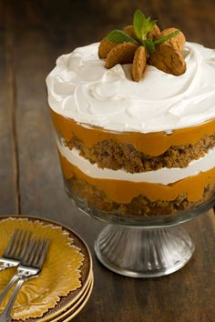 Pumpkin Gingerbread Trifle The classic trifle gets a fall-inspired makeover with this gingerbread and pumpkin version. Gingerbread mix, gingersnaps, vanilla pudding, pumpkin pie filling and whipped topping are beautifully layered in a glass trifle bowl. Dessert Parfait, Trifle Desserts, Just Desserts, Delicious Desserts, Dessert Recipes, Yummy Food, Cheesecake Trifle, Recipes Dinner, Dessert Healthy