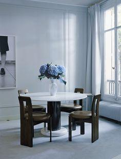 Dans la salle à manger, autour de la table Lotorosso d'Ettore Sottsass, chinée aux Puces du Design, des chaises de Sergio Rodrigues (Oca) achetées chez un antiquaire aux États-Unis. Fleurs et vase (Debeaulieu).